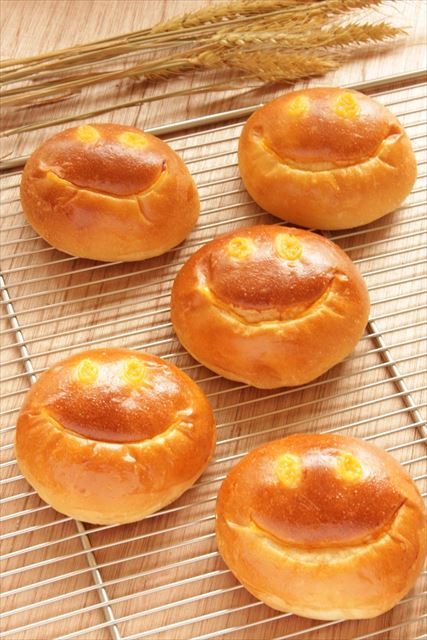 ラ・テール20周年を記念して、濃厚カスタードシューや ふんわりクリームパンが1個20円で販売