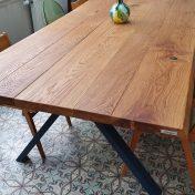 Table Excellence Mathilde : PLateau 2m60x 1M20 live edge assez droit, rainuré et brossé 4,7cm d'épaisseur / Patine Huilée Miel / Pieds Haut X 100cm large 8x4cm Thermolaquage bleu 2700 sable
