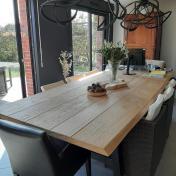Table Excellence Servanne : Plateau Excellence en chêne massif 320x120cm / Bords live edge 4,7cm épaisseur / Vitrification chêne Brut / Pieds en A métal anthracite brut 8x4cm