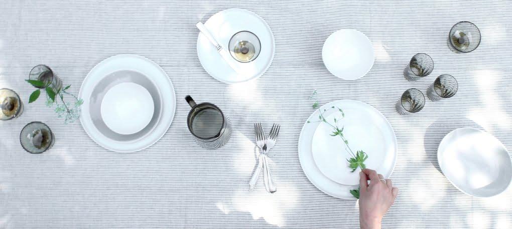 tafel gedekt met streepjes