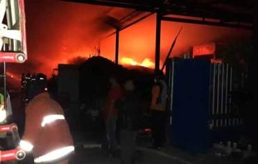 Petugas pemadam kebakaran berusaha memadamkam api yang membakar pabrik pengolahan limbah plastik, PT. Tri Surya.