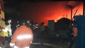 Polisi dan petugas pemadam kebakaran berusaha memadamkam api.