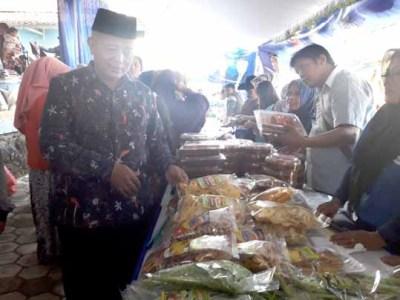 Wakil Bupati Malang meninjau stand pasar lebaran.