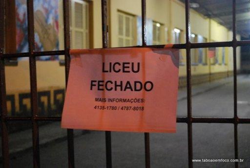 Cartaz fixado no portão do Liceu de Artes de Taboão da Serra