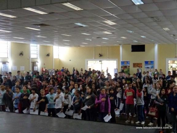 Jovens acompanham abertura da Feira do Livro em Taboão da Serra