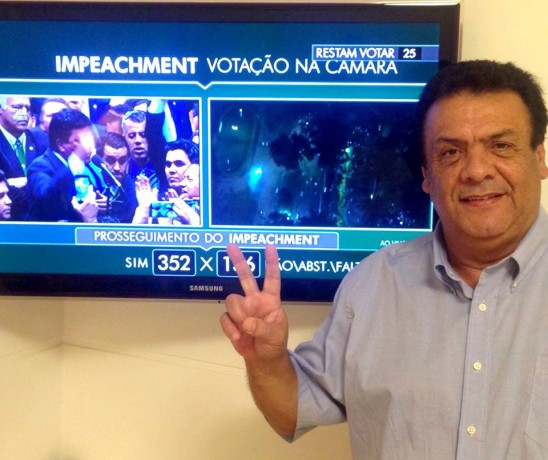 Fernando Fernandes comemora votacao do impeachment