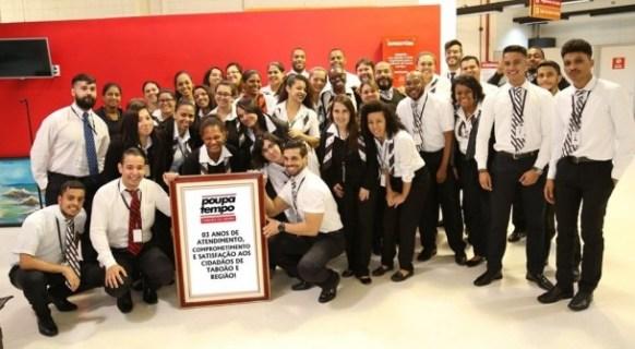 Servidores do Poupatempo de Taboão da Serra celebram três anos da unidade. (Foto: Divulgação)