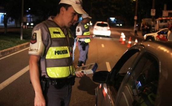 25 motoristas foram autuados por embriaguez ao volante em Embu das Artes e terão que pagar multa de quase R$ 3 mil. (Foto: Reprodução / CBN Campinas)