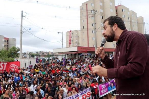Com prédios construídos pelo MTST e MST através do Programa Minha Casa Minha Vida Entidades, Guilherme Boulos discursa a integrantes de movimentos sociais.