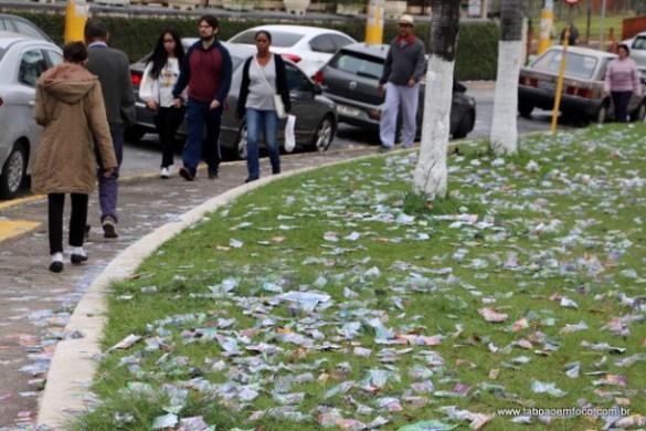 Em frente a Escola Estadual Wandyck de Freitas, candidatos encheram a rua de lixo.