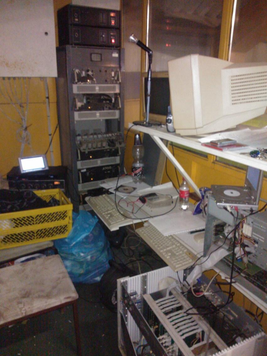 A stúdió, háttében a hangrendszer tornyával.