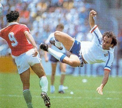 Jelenet az utolsó vb-meccsünkről, az akrobata a mostani UEFA-elnök