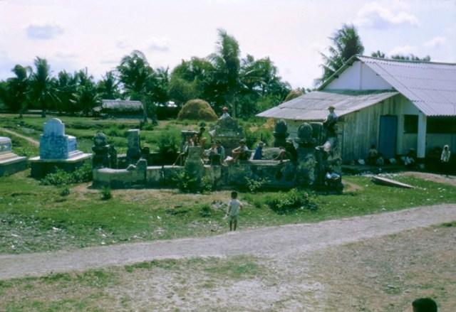 Lũ trẻ trên ngôi mộ cổ cạnh trường.