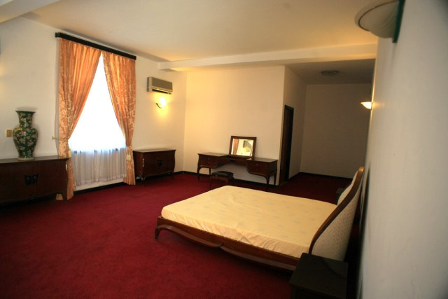 Phòng ngủ của vợ chồng Tổng thống Nguyễn Văn Thiệu rộng rãi và thoáng đãng, với các loại nội thất cao cấp.