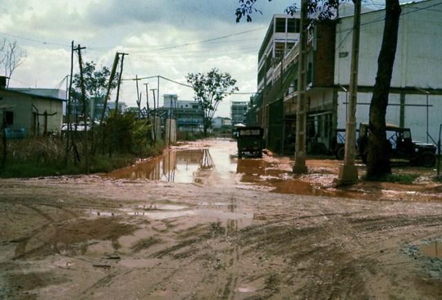 Con đường đất lầy lội ở ngoại ô Sài Gòn.