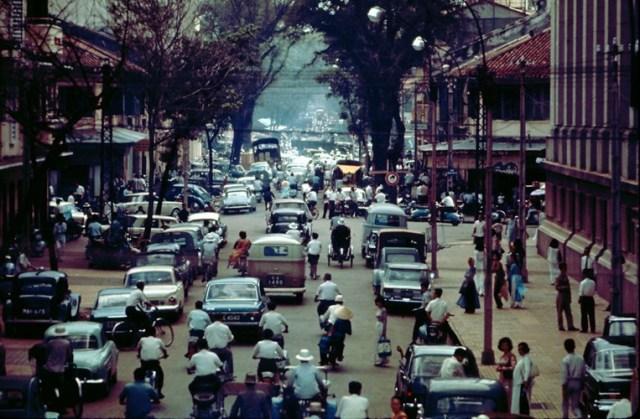 Đường Pasteur nhìn từ đầu cầu Mống, phía bên phải là Ngân hàng Quốc gia, Sài Gòn thập niên 1960. Hình ảnh được đăng tải trên trang Flickr của một cựu binh Mỹ từng đóng quân tại căn cứ ra đa Phú Lâm ở Sài Gòn.