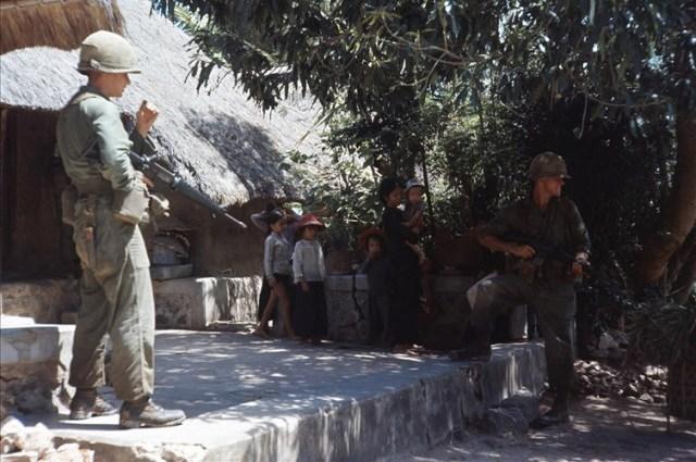 Lính Sư đoàn dù 101 lục soát một ngôi làng ở miền Trung năm 1966.