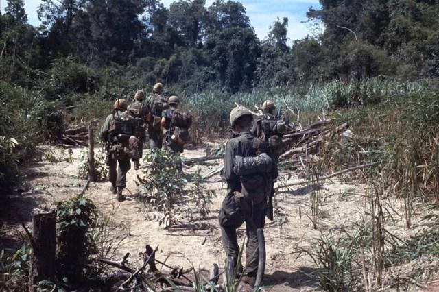 Lính Sư đoàn Dù 101 trong một cuộc tuần tra năm 1966.