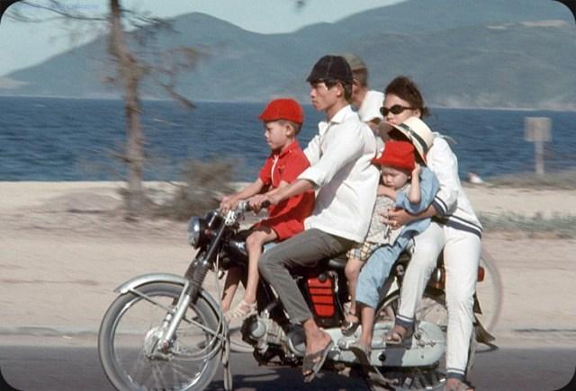 """Một chiếc Honda SS50 """"siêu tải"""" với hai vợ chồng và ba đưa con nhỏ."""