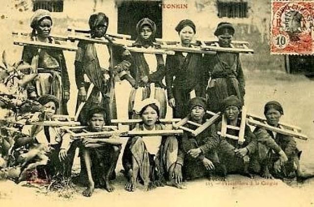 Một nhóm nữ tù nhân trong sân nhà lao.