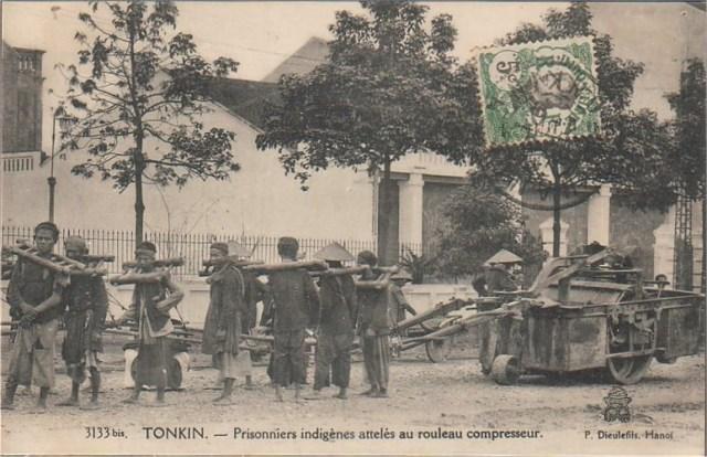 Tù nhân lao động khổ sai dưới hình thức làm đường ở Hà Nội.