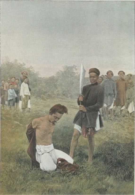 Phạm nhân được tháo gông và lột áo trước khi đao phủ thi hành án.