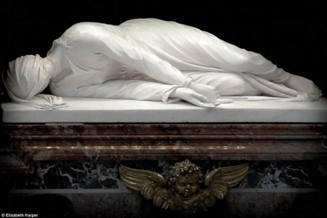 Mộ của Thánh nữ Cecillia, người đầu tiên trải qua trạng thái bất hoại sau khi chết trong số các vị thánh Công giáo. Hình nộm bằng sáp của bà nằm trên nóc mộ, mô phỏng tư thế của bà khi qua đời với nhiều vết thương trên cổ.