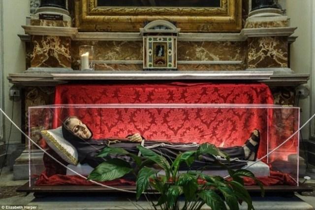 Hình nộm bằng sáp của Thánh Carlo da Sezze. Hài cốt thực sự của ngài chưa phân hủy và được đặt bên dưới bệ thờ trong nhà nguyện San Francesco d'Assisi a Ripa Grande ở Rome. Theo quan niệm của người Công giáo, thi thể bất hoại tự nhiên phải là những tử thi không trải qua quá trình ướp xác hay tẩm hóa chất để ngăn chặn quá trình phân hủy.