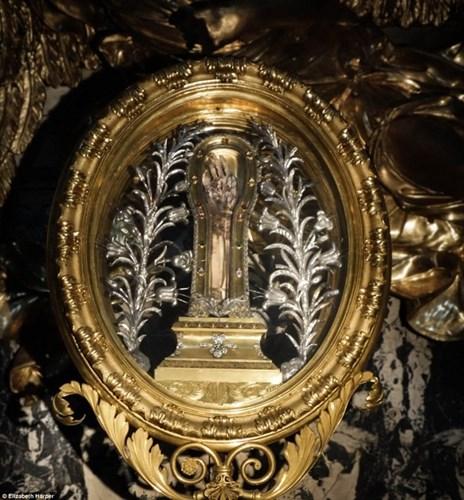 Nếu tới nhà thờ Gesu ở Rome, du khách sẽ thấy một cánh tay trong bộ khung bằng đồng trên tường. Đó là cánh tay của Thánh Francis Xavier. Cánh tay này là bộ phận duy nhất không phân hủy trên thi thể của vị thánh.