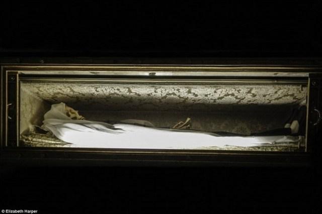 """Sau khi thánh nữ Francesca Romana qua đời vào năm 1440, thi thể của bà không phân hủy trong vài tháng. Nhưng ngày nay thi thể chỉ còn xương. Giáo hội Công giáo tin rằng cơ thể các vị thánh không phân hủy sau khi họ qua đời, bởi đó là một phép màu mà Chúa ban cho họ. Mặc dù vậy, thi thể của nhiều vị thánh """"bất hoại"""" chỉ còn tồn tại dưới dạng bộ xương, chứ không còn mô thịt."""