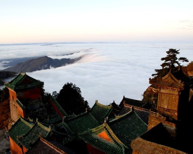 Sự u tịch, nét hoang sơ và những đám sương mờ ảo như lúc nào cũng quấn quyện bao bọc quanh núi không rời.