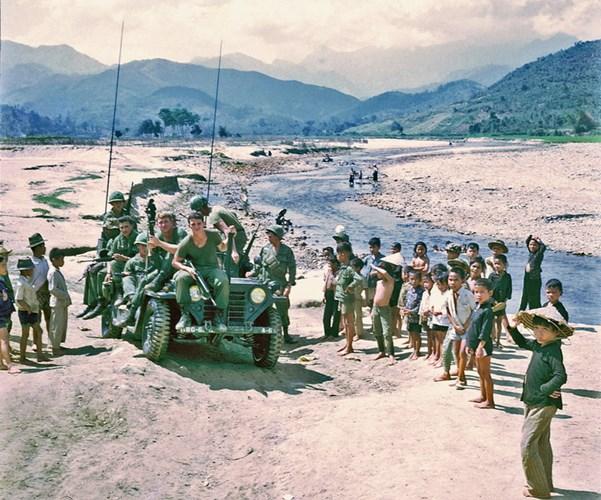 Lính Mỹ lái xe đến một khúc sông ở xã Hà Thành, huyện Sơn Hà, tỉnh Quảng ngãi để tắm.