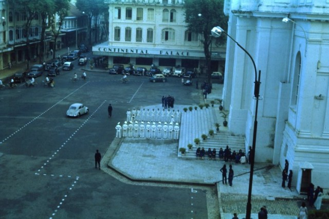 Phía trước nhà Quốc hội (Nhà hát Thành phố).