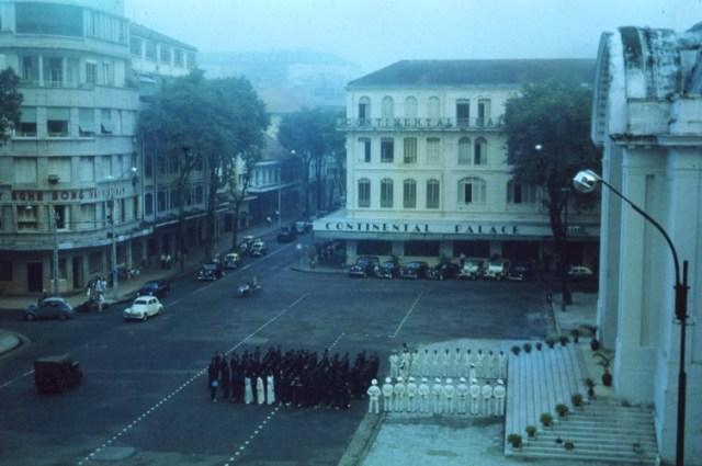 Đường Tự Do (Đồng Khởi) chạy qua nhà Quốc hội với Thương xá Eden (nay là TTTM Eden Centre) bên trái, khách sạn Continental Palace bên phải.