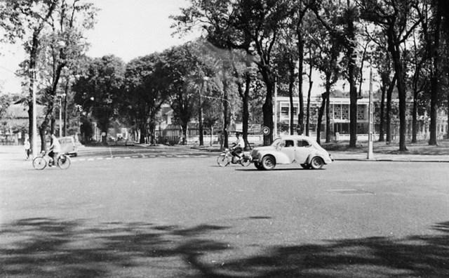 Ngã tư Thống Nhất (Lê Duẩn) - Pasteur, bên phải là Bộ Ngoại Giao, nay là Sở Ngoại Vụ TP HCM.