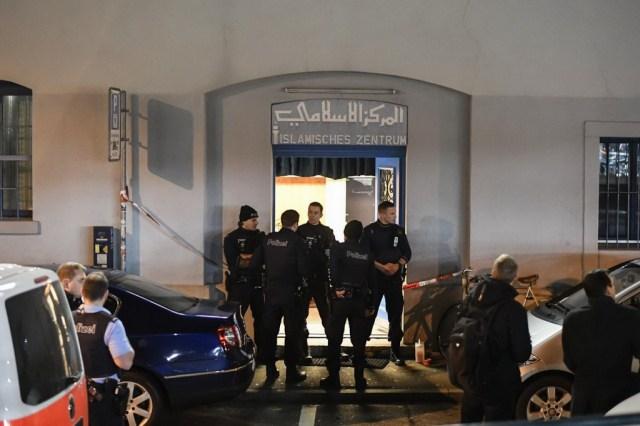 Cảnh sát chưa công bố nguyên nhân vụ xả súng. Một thi thể cũng được tìm thấy ở gần hiện trường vụ việc, nhưng cảnh sát chưa xác nhận liệu thi thể này có liên quan đến cuộc tấn công ở thánh đường Hồi giáo hay không. Ảnh: AP
