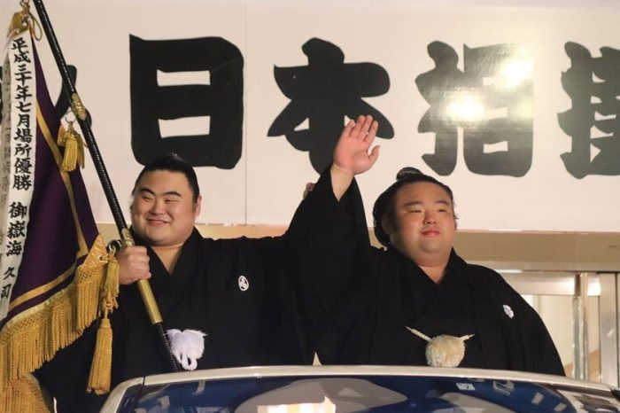 Takakeisho & Takanosho - Takakeisho Victory Parade