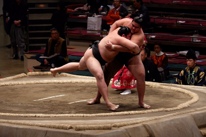 Musashikuni on the dohyo at Kokugikan, Natsu 2019