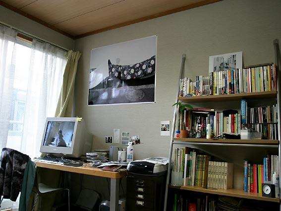 2003年頃の自宅アパート。書棚には『広告批評』とアラーキーの写真集と椎名林檎のCD。