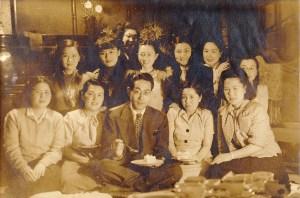 昭和10年代の時の画像。女性ばかりに囲まれてご満悦です。