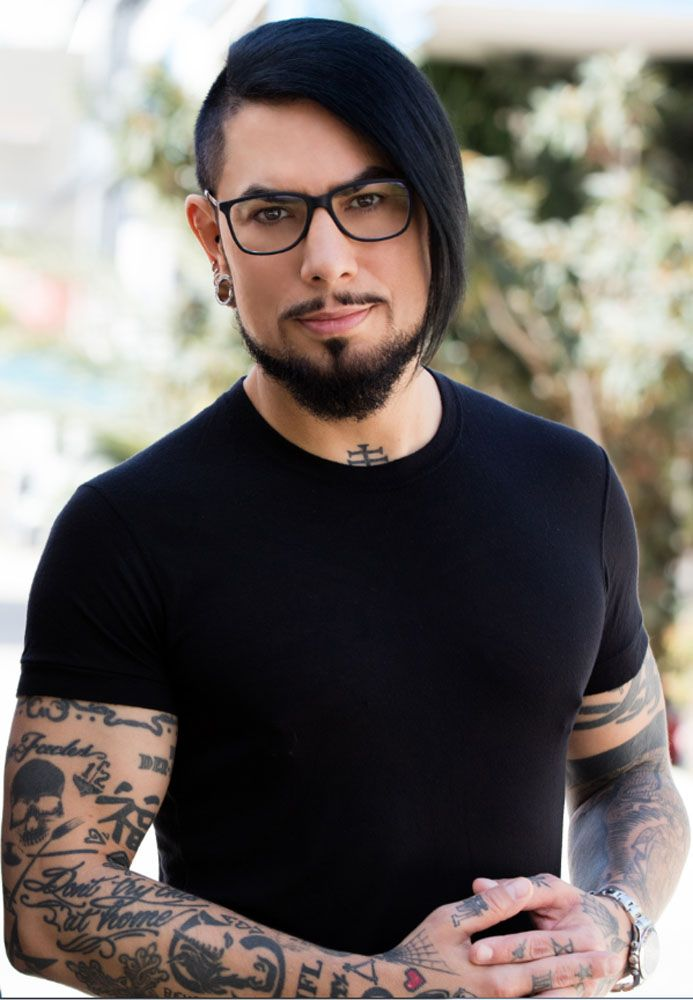 The 50-year old son of father (?) and mother(?), 173 cm tall Dave Navarro in 2018 photo