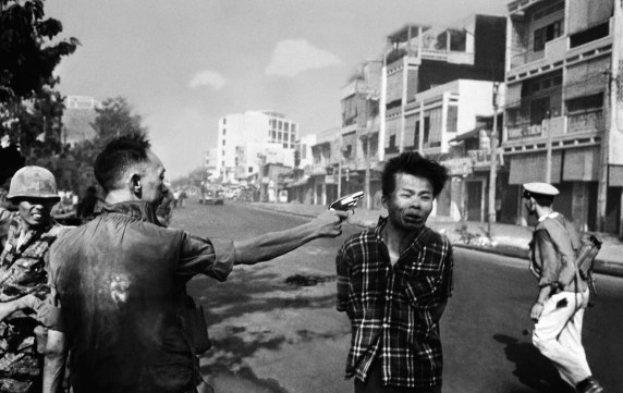 South Vietnamese Gen. Nguyen Ngoc Loan, chief of the national police, shoots Vietcong officer Nguyen Van Lem, also known as Bay Lop, on a Saigon street on Feb. 1, 1968. Photo: Eddie Adams