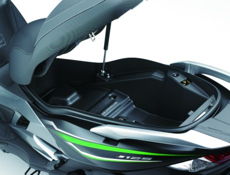 eicma-2015-kawasaki-j125-maxi-scooter-offers-more-flexibility-photo-gallery_8