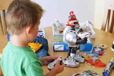 Geburtstagsgeschen-4-jaehrigen-Junge-Roboter