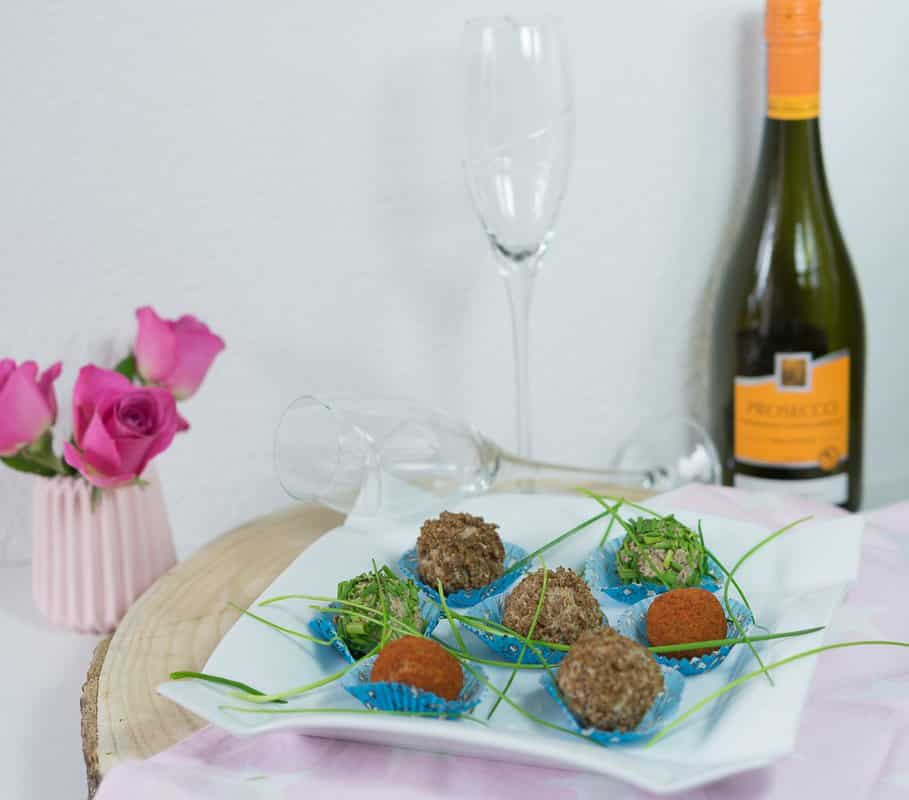 Vorspeise-Valentinstagsmenü-Pumpernickel-Käse-Kugeln