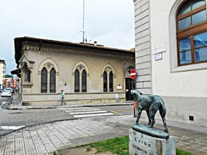Piazza Dante e Monumento - the monument to Fido