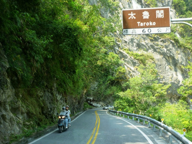 Taiwan-scene-Highway-No.8-passing-through-Taroko