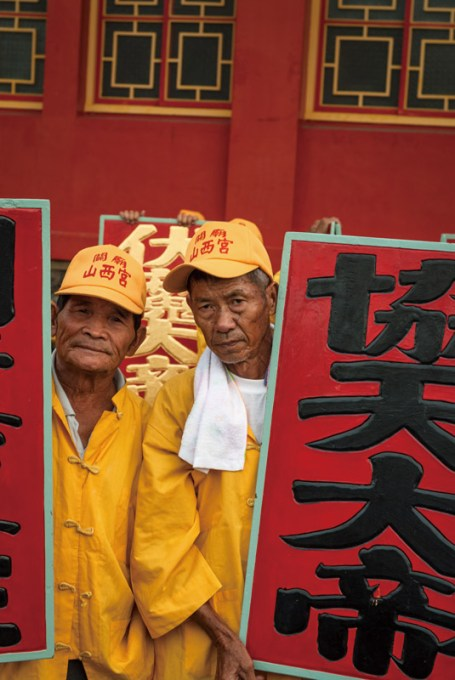 Donggang-king-boat-festival-pingtung-Placard bearers at the boat burning in Guanmiao District.