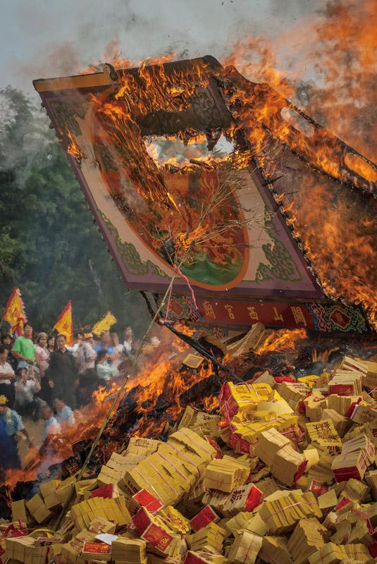 Donggang-king-boat-festival-pingtung-Shanxi Temple_s Royal ship burns every 12 years.