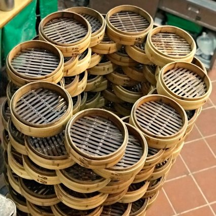 Bamboo steamers stacked up high by the entrance. (image source: Taiwan Scene)